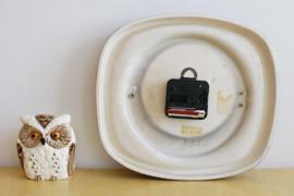 Retro aardewerk keukenklok.  Vintage oranje/roodachtig klokje van Junghans.