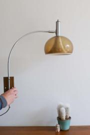 Blitse retro design lamp.  Bruine vintage wandlamp met  boog arm.