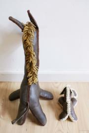 Twee retro kunuffels van bruin skai leer. Vintage  giraffe en hondje