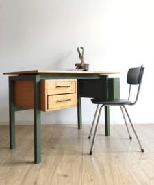 Houten vintage bureau met retro jaren 50/60 stoel