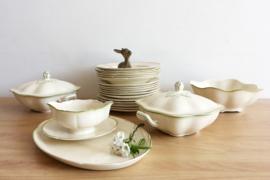 Romantische vintage servies, plateelbakkerij Gouda. Brocante borden, schalen en sauskom