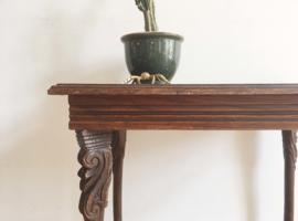Uniek oud houten tafeltje met houtsnijwerk. Vintage salon / bijzettafel.