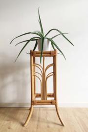 Vintage plantentafel van rotan. Hoog Boho tafeltje.