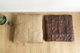 2 bruine vintage patchwork kussens. Set lederen (?) retro kussen.
