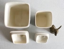Set vintage aardewerk potten met deksel. Retro voorraad pot met bloemen