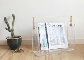 Vintage lectuurbak van plexiglas met gouden details. Regency stijl krantenbak