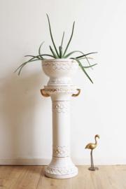 Witte aardewerk zuil met bloempot. Vintage piëdestal /sokkel met schaal.