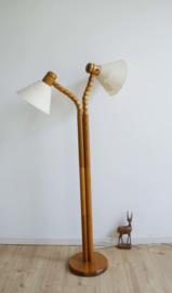 Houten vintage vloerlamp met 2 verstelbare kappen. Retro Scandinavisch design lamp van Solbackens Svarveri