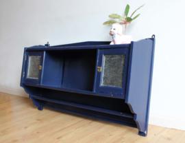 Blauwe vintage kast voor aan de muur. Antiek houten wandkastje