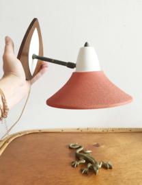 Vintage wandlampje met oranje kap. Origineel retro design lampje