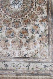 Schattig vintage tapijt met bloemen. Handgemaakt  Oosters vloerkleed.