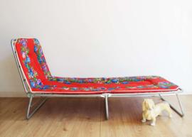 Rode vintage stretcher met bloemen. Retro veldbed / opklap bed
