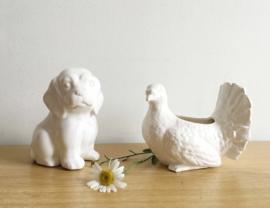 Set witte vintage potjes, hond en duif. Aardewerk retro bloempotten