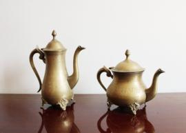 Set goudkleurige vintage kannetjes, messing? Twee Oosterse koffie/ theepottten