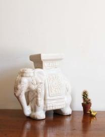Vintage olifant van wit aardewerk. Retro olifanten beeldje.