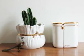 Set witte vintage bloempotten met gouden rand. 2 aardewerk retro potten