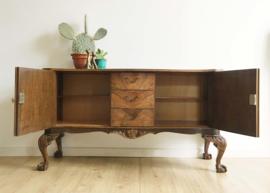 Antieke houten dressoir met lades. Sierlijke vintage ladekast op klauw pootjes