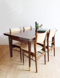 Grote houten vintage tafel met 4 stoelen. Retro eettafel met uitschuifbare bladen