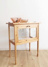 Vintage theekastje met dienblad. Houten bijzettafeltje / kast met glazen zijkanten.