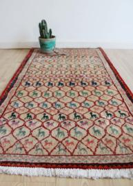 Handgemaakt Perzisch vintage kleedje, Gabbeh. Bohemien tapijt met diertjes