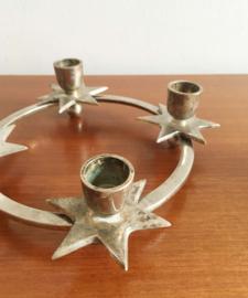 Zilverkleurige advent kandelaar met sterren. Vintage adventskrans, zilver?