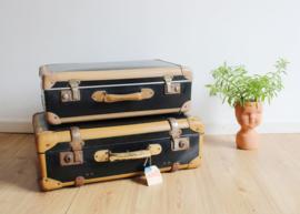 Set zwarte vintage koffers. 2 oud retro valiezen.