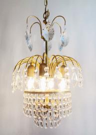 Goudkleurige vintage kroonluchter met pegels. Hollywood Regency hanglamp