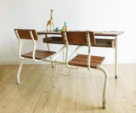 Franse vintage schoolbank voor 2. Retro duo-bureau / lessenaar met stoeltjes