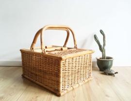 Rieten vintage picknickmand. Bohemien rotan mand met hengsel