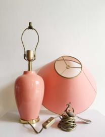 Grote roze vintage tafellamp met kap. Keramieken lamp met gouden randje