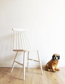 Witte vintage spijlenstoel. Houten retro stoel met Scandinavisch tintje