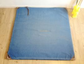 Stoere blauwe retro gymmat. Vintage turnmat/ valmat met lederen hoeken en hengsels