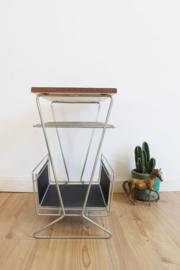 Vintage bijzet tafeltje met krantenbak. Retro design lectuurbak.
