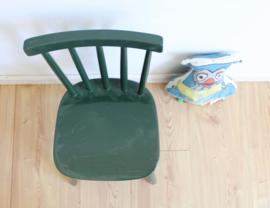 Groen vintage spijlenstoeltje. Houten retro kinder /peuterstoel.