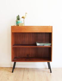 Houten vintage kastje op zwarte poten. Retro boekenkastje / sideboard