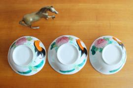 Set van 3 Chinese kommen met haan decor. Vintage aardewerk schalen