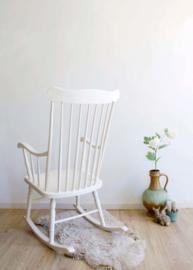 Witte retro schommelstoel. Houten vintage rocking chair.