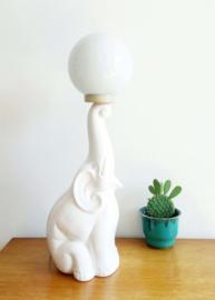 Witte vintage tafellamp in de vorm van een olifant met bal. Keramieken retro lamp