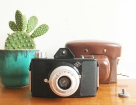 Vintage fotocamera -Camera Agfa click II . Retro fototoestel in hoes