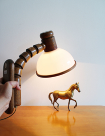 Houten vintage wandlamp met witte kap. Retro design lamp - Steinhauer.