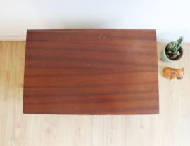 Vintage nachtkastje met drie lades. Houten retro ladekast - wit/bruin
