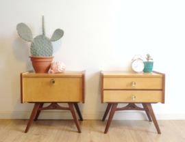 Set vintage nachtkastjes uit de jaren 50/60. Houten retro kast op schuine pootjes, 2 x