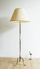 Vintage vloerlamp op gouden voet. Kitscherige schemerlamp / vloerlamp.