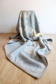Grote wollen vintage deken met bloemen. Blauwe retro sprei