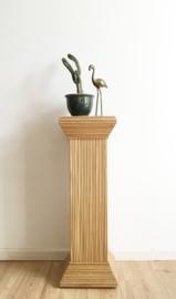 Hoge planten pilaar van rotan en hout. Vintage planten tafel/zuil.