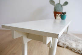 Uniek wit houten retro bankje. Lage vintage bank/side table