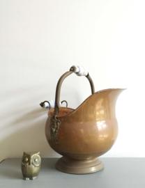Antieke koperen kolenkit. Vintage bloempot / ketel met aardewerk handvat