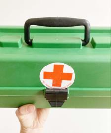 Groen vintage kistje met rode kruis sticker. Retro tekendoos / organizer