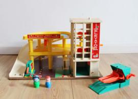 Vintage Fisher-Price garage met brug en 2 poppetjes. Origineel retro speelgoed.