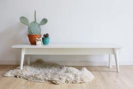 Uniek wit houten retro bankje. Lage vintage bank/side table